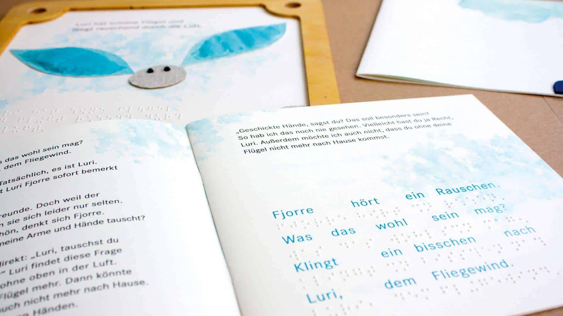 Aufgeschlagen liegt das Heft für den Charakter Luri auf der dazu passenden Holzplatte.
